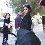 Восковая Кайли Дженнер гуляет с коляской по улицам Лос-Анджелеса (ФОТОФАКТ)